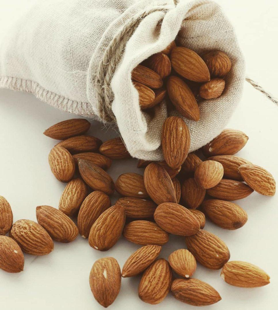 Сырые орешки миндаля