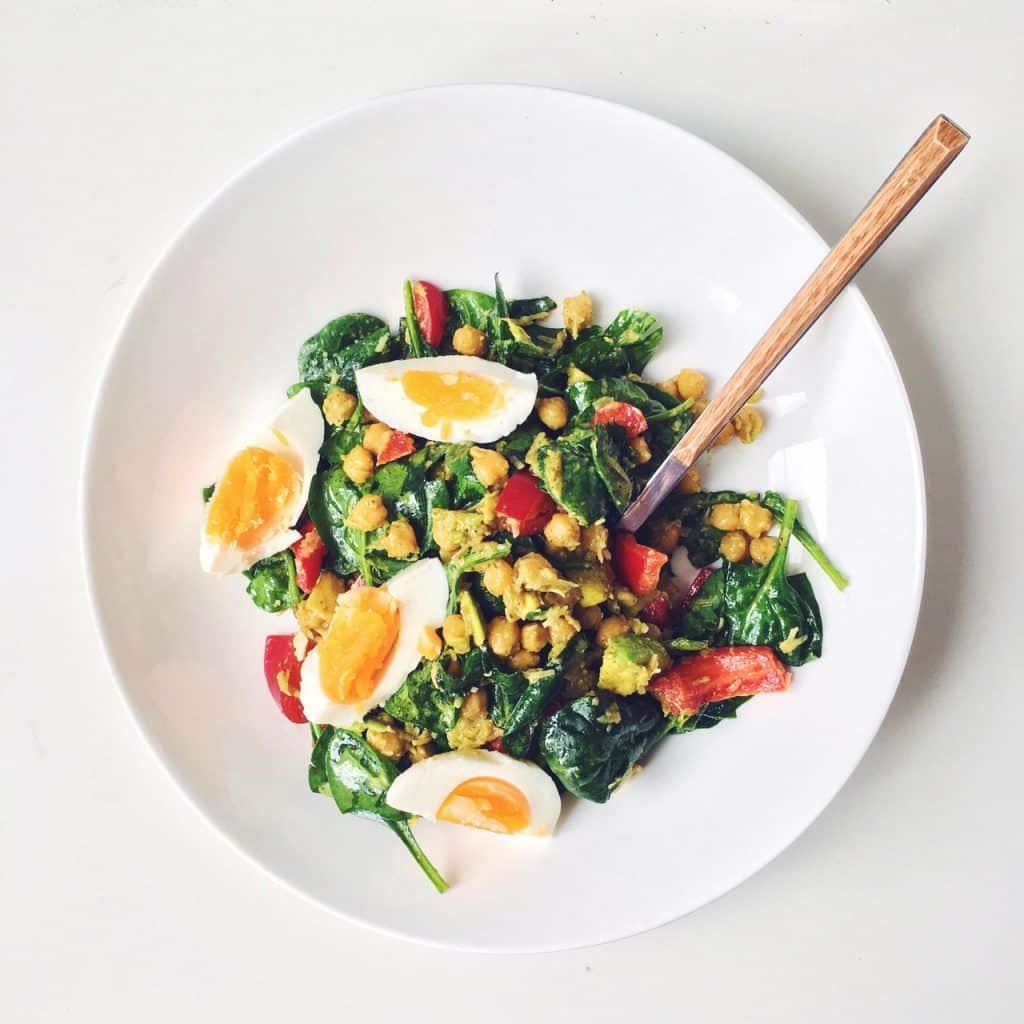 Салат с пророщенным нутом и яйцом