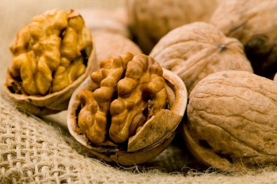 Открытые грецкие орехи