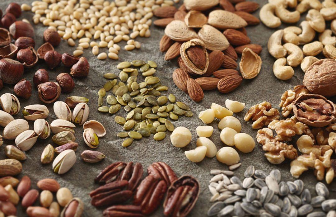 Горстки орехов и семян