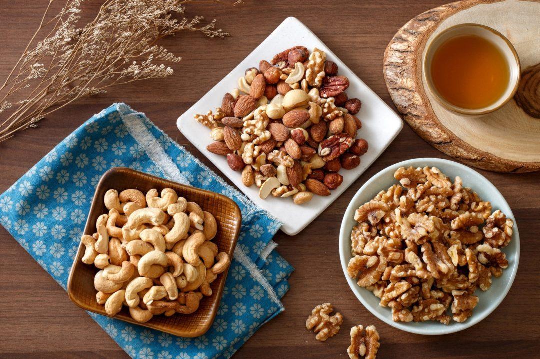 Горстки орехов на тарелках