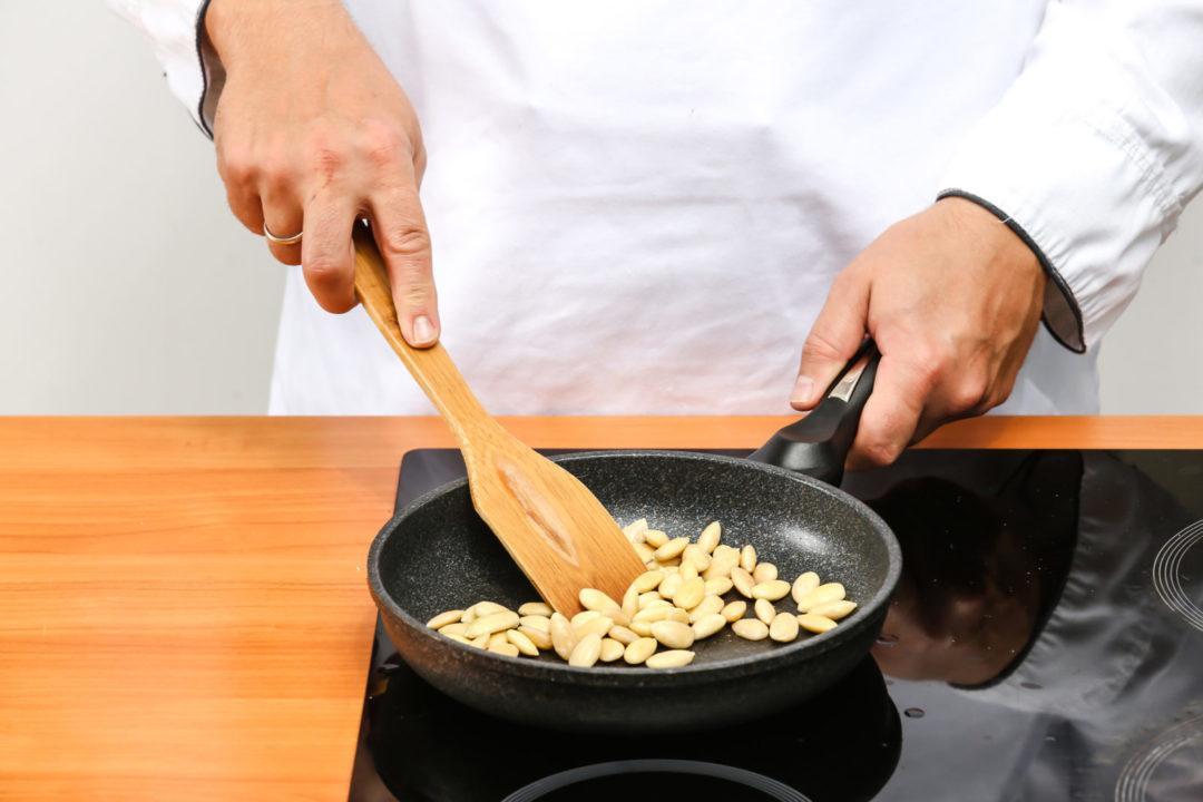 Миндаль на сковороде