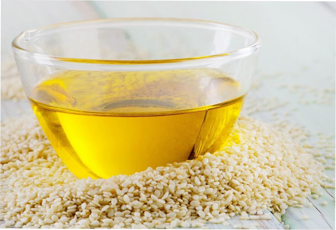 Тарелка кунжутного масла и горстка кунжута