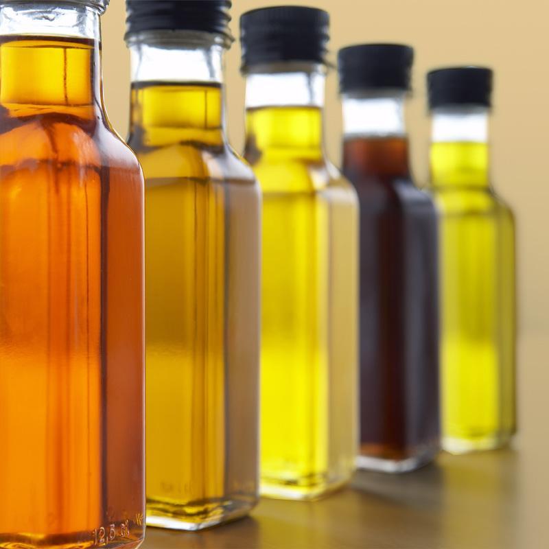 Разноцветные бутылки масла