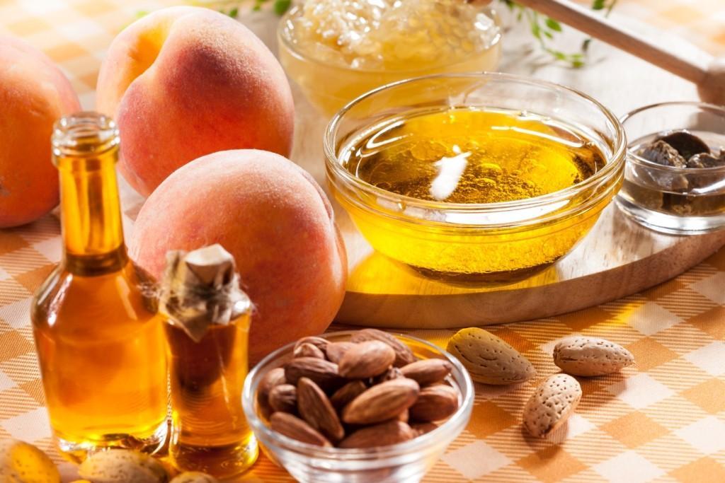 Абрикосы и миска абрикосового масла
