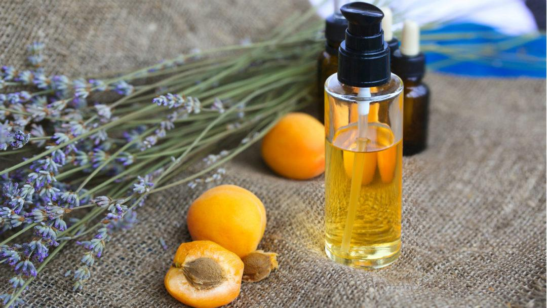 Абрикосы, масло и веточка лаванды