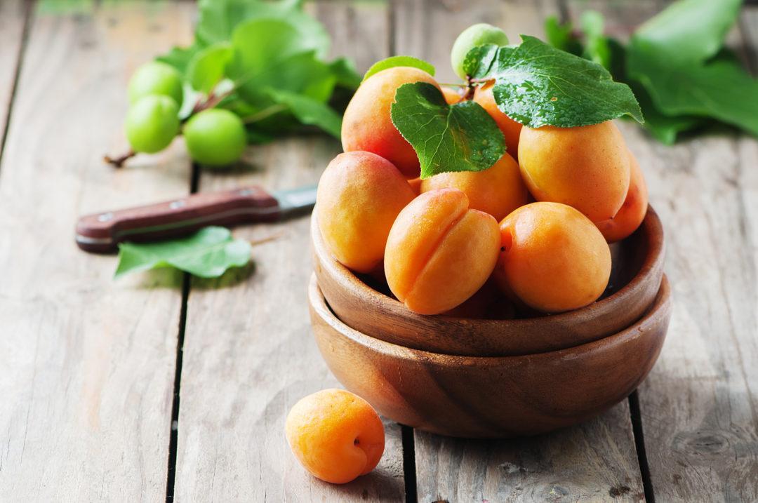 Свежие абрикосы в миске