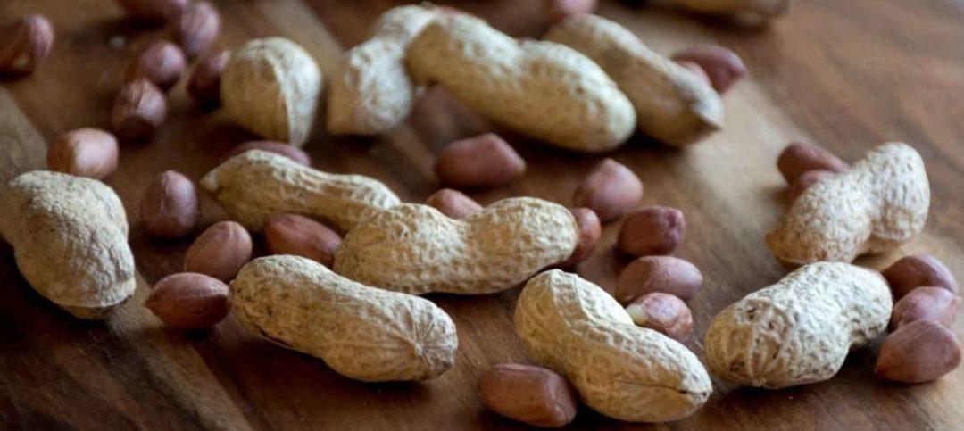 Очищенный и неочищенный арахис