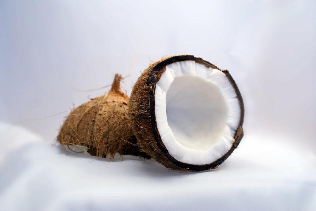 Расколотый на две части кокос