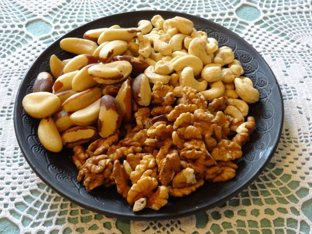 Ассорти из орехов на тарелке
