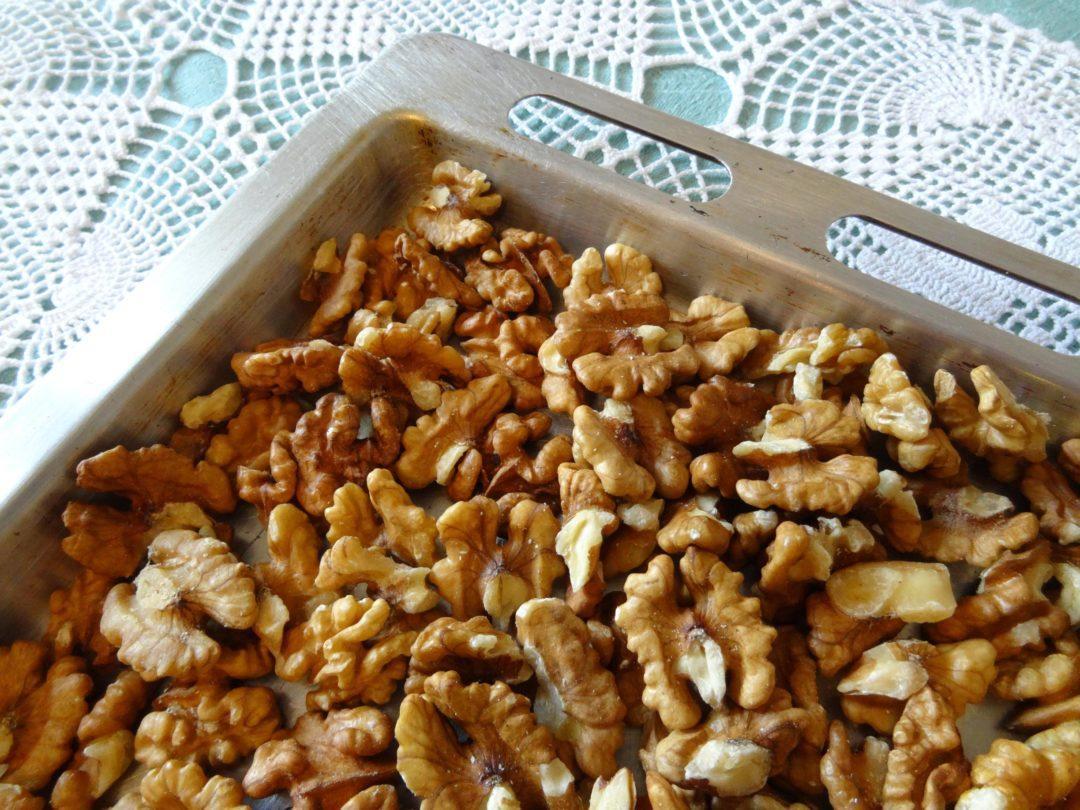 Грецкие орехи на противне