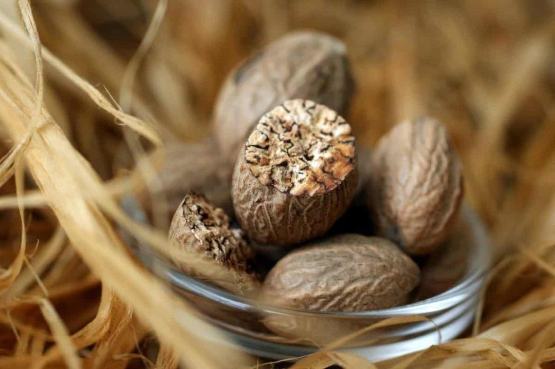 Мускатные орехи в миске