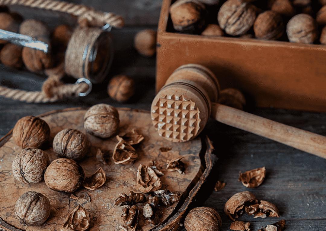 Грецкие орехи и молоток
