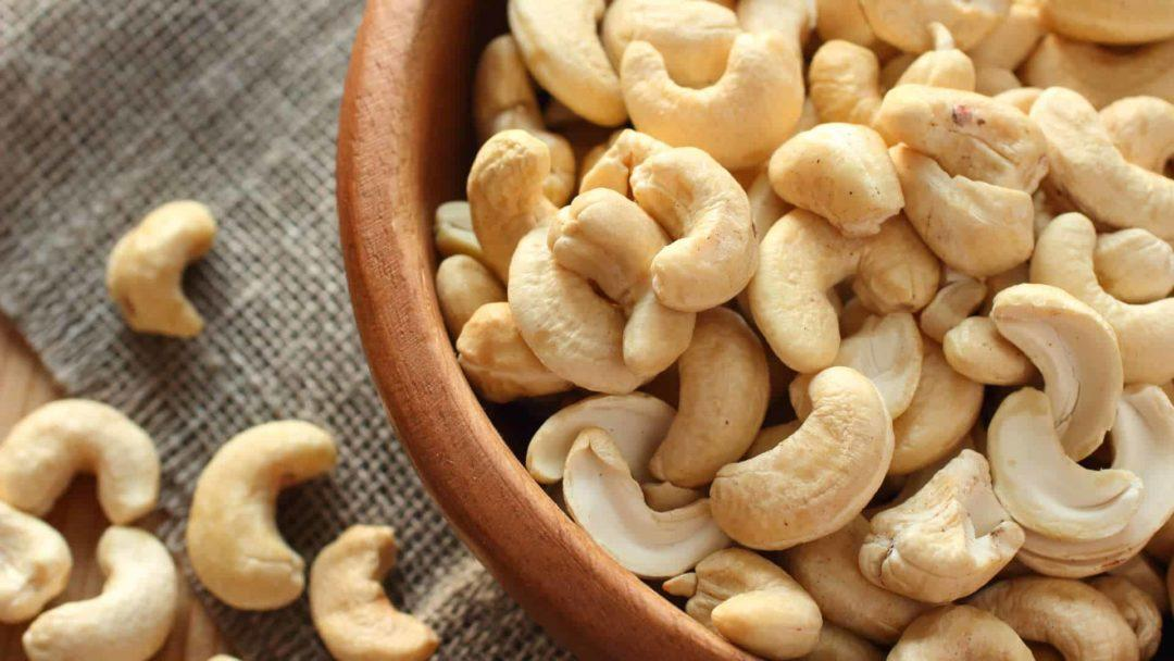 Орехи кешью в тарелке