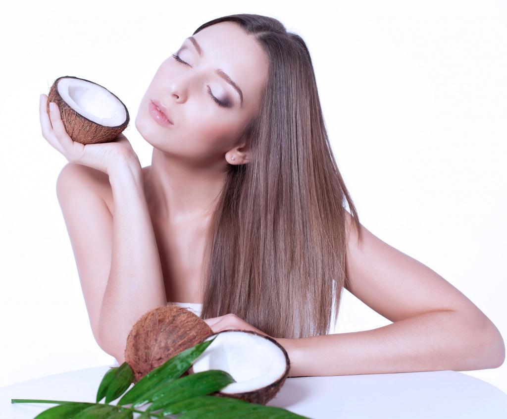 Девушка держит кокосы