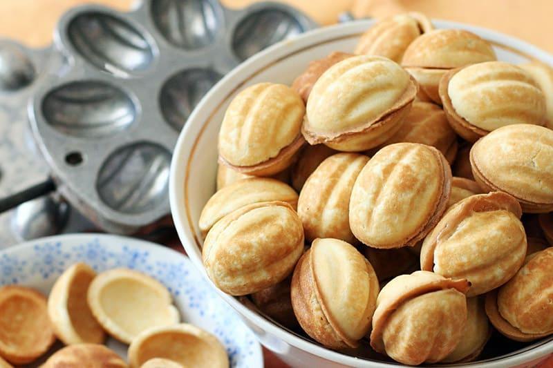 Орешки со сгущенкой в миске